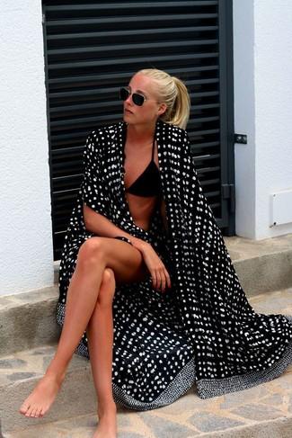 Cómo combinar: túnica playera a lunares en negro y blanco, top de bikini negro, braguitas de bikini negras