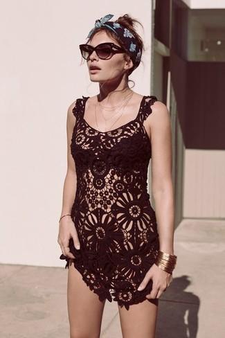 Cómo combinar: túnica playera de crochet negro, top de bikini negro, braguitas de bikini negras, gafas de sol en marrón oscuro