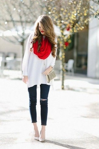 Una túnica de lana blanca y unos vaqueros pitillo desgastados negros son prendas que debes tener en tu armario. Opta por un par de zapatos de tacón de lentejuelas dorados para mostrar tu lado fashionista.