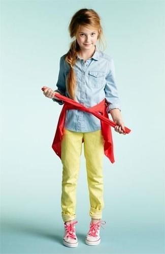 Cómo combinar: zapatillas rosadas, vaqueros amarillos, camisa de vestir vaquera celeste, cárdigan rojo