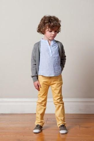 Cómo combinar: zapatillas en marrón oscuro, vaqueros amarillos, camiseta de manga larga celeste, cárdigan gris