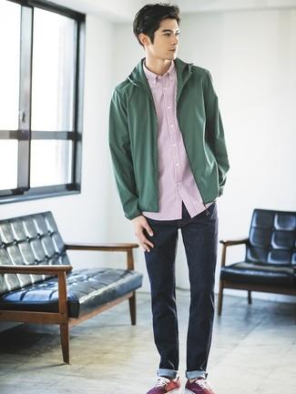 Cómo combinar: tenis de lona burdeos, vaqueros azul marino, camisa de manga corta de rayas verticales en blanco y rojo, chubasquero verde oscuro