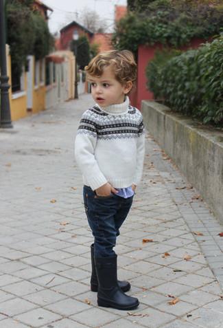Cómo combinar: botas de lluvia negras, vaqueros azul marino, camisa de manga larga de cuadro vichy azul, jersey de grecas alpinos blanco