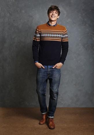 Cómo combinar: botas brogue de cuero marrónes, vaqueros azul marino, camisa de manga larga de tartán azul, jersey con cuello circular de grecas alpinos azul marino