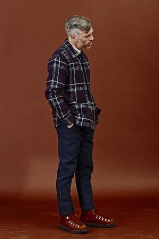 Cómo combinar: botas de trabajo de cuero en tabaco, vaqueros azul marino, camisa de manga larga blanca, chaqueta estilo camisa de tartán azul marino