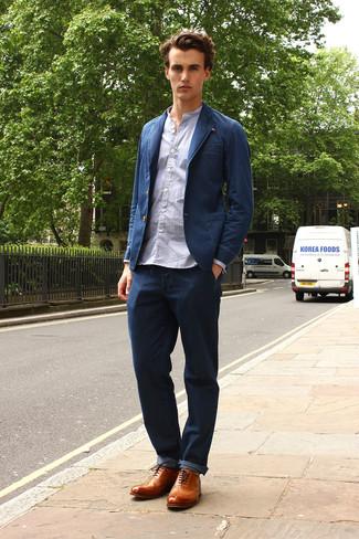 Cómo combinar: zapatos brogue de cuero marrón claro, vaqueros azul marino, camisa de manga larga celeste, blazer vaquero azul marino