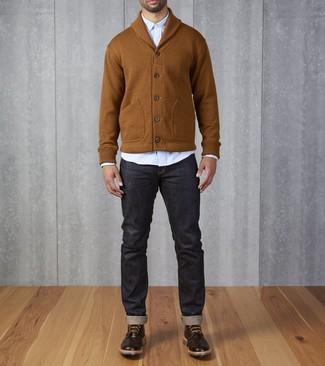 Cómo combinar: botas brogue de cuero en marrón oscuro, vaqueros azul marino, camisa de manga larga celeste, cárdigan con cuello chal en tabaco