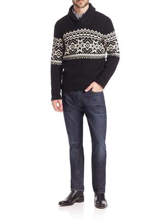 Cómo combinar: botines chelsea de cuero negros, vaqueros azul marino, camisa de manga larga de rayas verticales en blanco y negro, jersey con cuello chal de grecas alpinos negro
