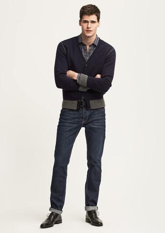 Cómo combinar: zapatos oxford de cuero negros, vaqueros azul marino, camisa de manga larga de tartán en gris oscuro, cárdigan azul marino