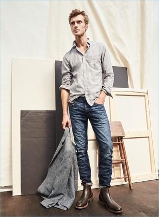 Cómo combinar: botines chelsea de cuero en marrón oscuro, vaqueros azul marino, camisa de manga larga gris, blazer de lana gris