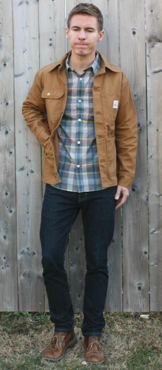 Outfits hombres: Casa una chaqueta estilo camisa marrón claro con unos vaqueros azul marino para cualquier sorpresa que haya en el día. Botas safari de cuero marrónes son una opción buena para completar este atuendo.