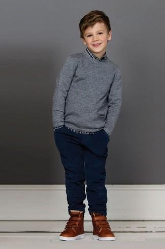 Cómo combinar: zapatillas marrónes, vaqueros azul marino, camisa de manga larga de tartán gris, jersey gris