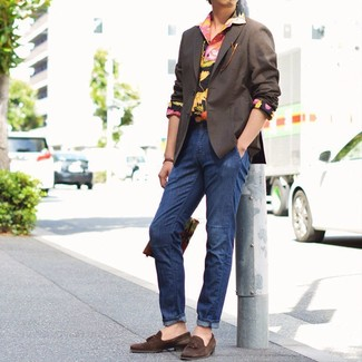 Cómo combinar: mocasín con borlas de ante en marrón oscuro, vaqueros azul marino, camisa de manga larga con print de flores negra, blazer en marrón oscuro