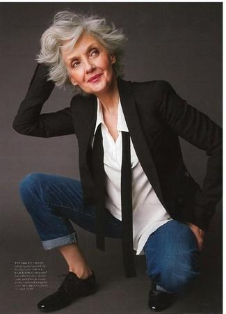 Cómo combinar: zapatos oxford de cuero negros, vaqueros azul marino, camisa de vestir blanca, blazer negro