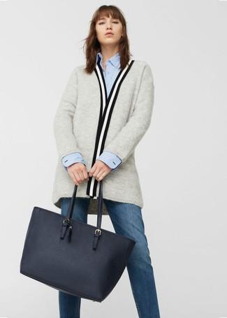 Cómo combinar: bolsa tote de cuero azul marino, vaqueros azul marino, camisa de vestir celeste, cárdigan abierto gris
