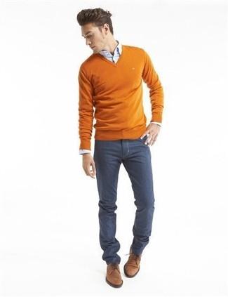 Cómo combinar: zapatos derby de ante marrónes, vaqueros azul marino, camisa de vestir celeste, jersey de pico naranja