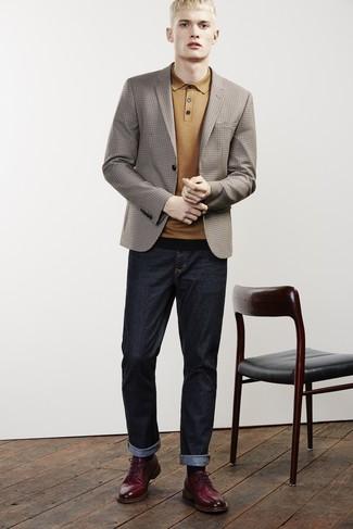 Cómo combinar: zapatos derby de cuero burdeos, vaqueros azul marino, camisa polo mostaza, blazer a cuadros marrón