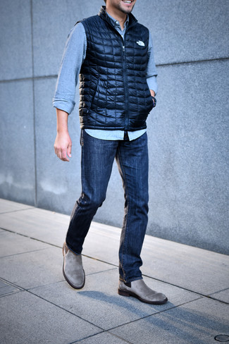 Cómo combinar: botines chelsea de ante grises, vaqueros azul marino, camisa vaquera celeste, chaleco de abrigo acolchado azul marino