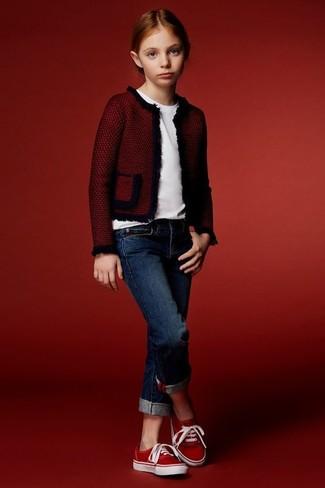 Cómo combinar: zapatillas rojas, vaqueros azul marino, camiseta blanca, chaqueta roja