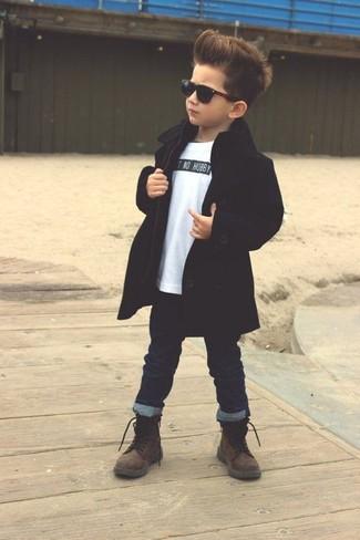 Cómo combinar: botas en marrón oscuro, vaqueros azul marino, camiseta blanca, gabardina negra