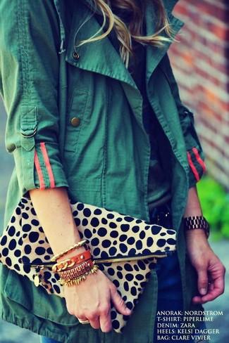 Cómo combinar: cartera sobre de leopardo en beige, vaqueros azul marino, camiseta con cuello circular de camuflaje, anorak verde oscuro