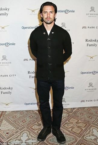 Cómo combinar: botas casual de ante negras, vaqueros azul marino, camiseta con cuello circular blanca, cárdigan negro