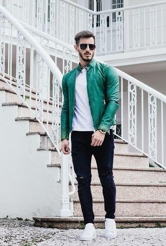 Look de moda: Tenis blancos, Vaqueros desgastados azul marino, Camiseta con cuello circular blanca, Cazadora de aviador de cuero verde