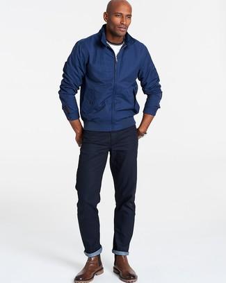 Cómo combinar: botines chelsea de cuero marrónes, vaqueros azul marino, camiseta con cuello circular blanca, cazadora harrington azul marino