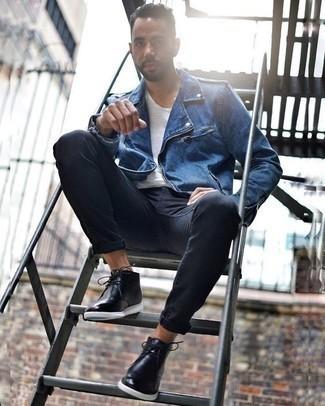 Outfits hombres en clima cálido: Casa una chaqueta motera azul junto a unos vaqueros azul marino para lidiar sin esfuerzo con lo que sea que te traiga el día. ¿Te sientes valiente? Opta por un par de botas safari de cuero negras.