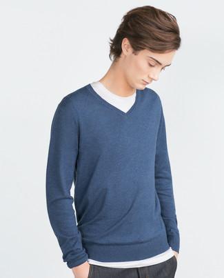 Cómo combinar: vaqueros azul marino, camiseta con cuello circular blanca, jersey de pico azul marino