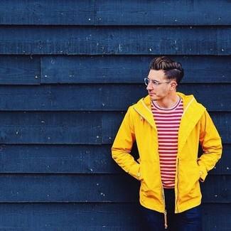Cómo combinar: vaqueros azul marino, camiseta con cuello circular de rayas horizontales en blanco y rojo, chubasquero amarillo