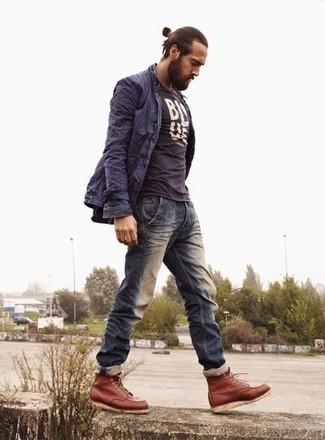 Cómo combinar: botas casual de cuero en tabaco, vaqueros azul marino, camiseta con cuello circular estampada en azul marino y blanco, gabardina azul marino