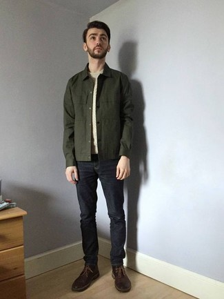 Combinar unas botas safari: Casa una chaqueta estilo camisa verde oscuro junto a unos vaqueros azul marino para conseguir una apariencia relajada pero elegante. Botas safari son una opción inmejorable para completar este atuendo.