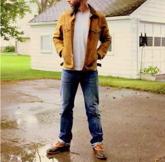 Cómo combinar: botas de lluvia marrónes, vaqueros azul marino, camiseta con cuello circular gris, chaqueta con cuello y botones marrón claro