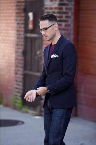 Look de moda: Pañuelo de bolsillo blanco, Vaqueros azul marino, Camiseta con cuello circular morado, Blazer azul marino