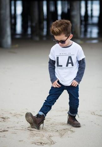 Cómo combinar: botas en marrón oscuro, vaqueros azul marino, camiseta de manga larga azul marino, camiseta blanca