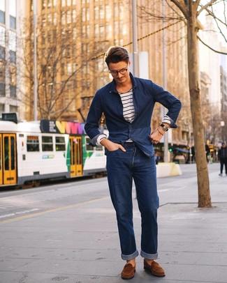 Cómo combinar: mocasín de ante marrón, vaqueros azul marino, camiseta de manga larga de rayas horizontales en blanco y azul marino, camisa vaquera azul marino