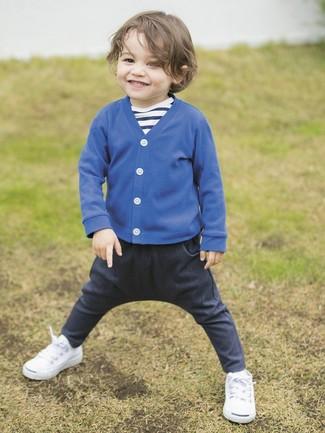 Look de moda: Zapatillas blancas, Vaqueros azul marino, Camiseta de rayas horizontales en azul marino y blanco, Cárdigan azul