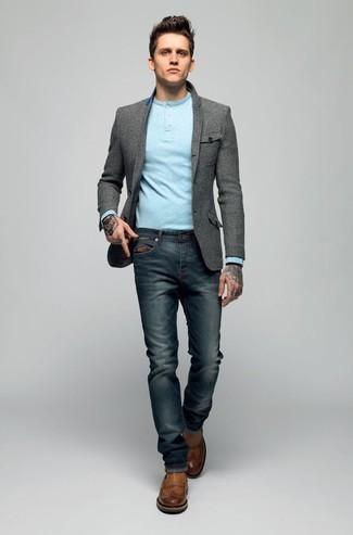 Look de moda: Botines chelsea de cuero marrónes, Vaqueros azul marino, Camiseta henley de manga larga celeste, Blazer de lana gris