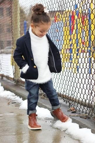 Cómo combinar: botas marrónes, vaqueros azul marino, jersey blanco, blazer azul marino