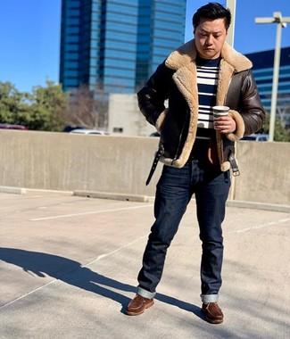 Combinar una chaqueta de piel de oveja en marrón oscuro: Elige una chaqueta de piel de oveja en marrón oscuro y unos vaqueros azul marino para lidiar sin esfuerzo con lo que sea que te traiga el día. Si no quieres vestir totalmente formal, haz botas de trabajo de cuero marrónes tu calzado.