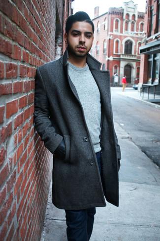 Cómo combinar: guantes de cuero negros, vaqueros azul marino, jersey con cuello circular gris, abrigo largo en gris oscuro