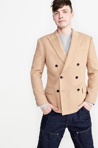 Combinar un blazer cruzado en beige: Intenta ponerse un blazer cruzado en beige y unos vaqueros azul marino para un lindo look para el trabajo.