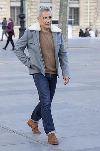 Cómo combinar: zapatos derby de ante marrónes, vaqueros azul marino, jersey con cuello circular marrón, chaqueta campo de lana gris