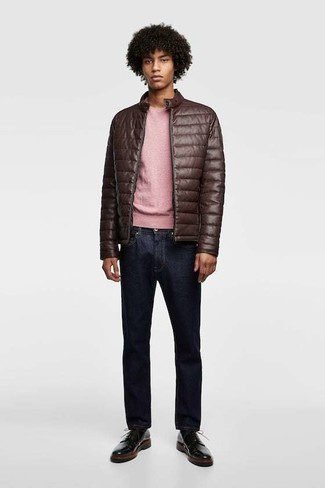 Cómo combinar: zapatos derby de cuero negros, vaqueros azul marino, jersey con cuello circular rosado, cazadora de aviador de cuero acolchada en marrón oscuro