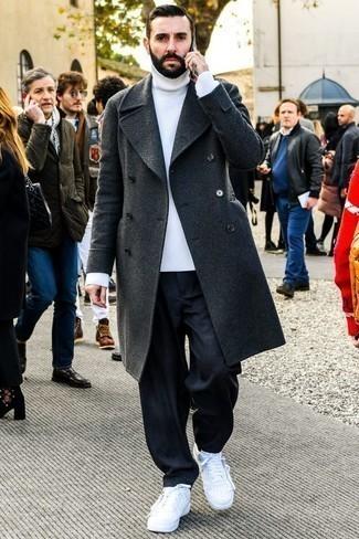Combinar un abrigo largo en gris oscuro: Equípate un abrigo largo en gris oscuro junto a unos vaqueros azul marino para lograr un look de vestir pero no muy formal. ¿Quieres elegir un zapato informal? Usa un par de tenis de cuero blancos para el día.