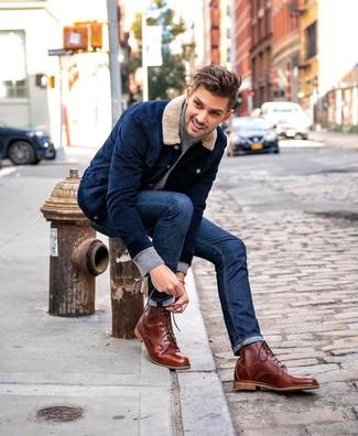 Cómo combinar: botas casual de cuero marrónes, vaqueros azul marino, jersey de cuello alto gris, chaqueta estilo camisa de pana azul marino