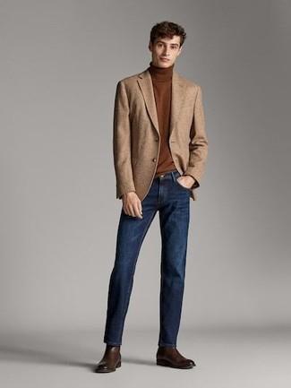 Cómo combinar: botines chelsea de cuero en marrón oscuro, vaqueros azul marino, jersey de cuello alto marrón, blazer de lana marrón claro