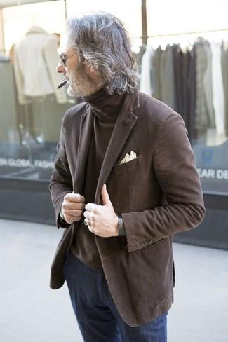 Cómo combinar: pañuelo de bolsillo en beige, vaqueros azul marino, jersey de cuello alto marrón, blazer marrón