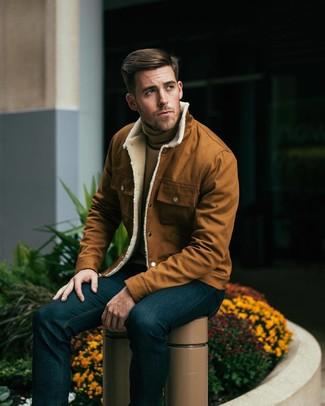 Look de moda: Vaqueros azul marino, Jersey de cuello alto marrón claro, Chaqueta estilo camisa en tabaco